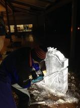氷彫刻家 小沢一誠さん ハープ氷像作り